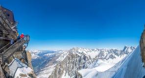 Πανοραμική άποψη της μέγιστης άποψης βουνών της Mont Blanc Στοκ φωτογραφία με δικαίωμα ελεύθερης χρήσης