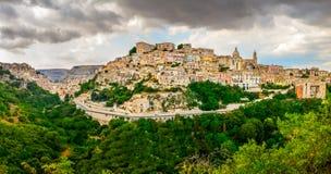 Πανοραμική άποψη της μεσαιωνικής πόλης του Ραγκούσα στη Σικελία Στοκ Εικόνα