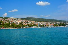 Πανοραμική άποψη της μεσογειακής παραλιακής πόλης Crikvenica Istria, Κροατία στοκ φωτογραφία με δικαίωμα ελεύθερης χρήσης