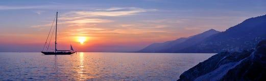Πανοραμική άποψη της ναυσιπλοΐας στο ιώδες ηλιοβασίλεμα Στοκ εικόνες με δικαίωμα ελεύθερης χρήσης
