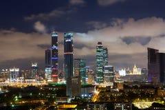 Πανοραμική άποψη της νύχτας Μόσχα, εμπορικό κέντρο της πόλης Στοκ εικόνες με δικαίωμα ελεύθερης χρήσης