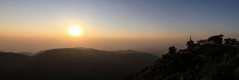 Πανοραμική άποψη της παγόδας Kyaiktiyo επίσης γνωστή ως χρυσός βράχος στο ηλιοβασίλεμα, κράτος Mon, το Μιανμάρ Στοκ Εικόνες