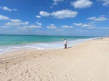 Πανοραμική άποψη της παραλίας και του Al Άραβας Jumeirah Burj και άποψη της αποβάθρας Άτομο που εξετάζει το νερό στην παραλία Jum στοκ φωτογραφία με δικαίωμα ελεύθερης χρήσης