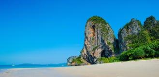 Πανοραμική άποψη της παραλίας Ταϊλάνδη Railay με την τέλεια άμμο, το πράσινο νερό και τους δραματικούς δύσκολους απότομους βράχου στοκ φωτογραφία με δικαίωμα ελεύθερης χρήσης
