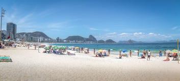 Πανοραμική άποψη της παραλίας Copacabana με το βουνό φραντζολών ζάχαρης στο υπόβαθρο - Ρίο ντε Τζανέιρο, Βραζιλία στοκ φωτογραφία