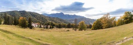 Πανοραμική άποψη της περιοχής κοντά στο εθνικό πάρκο τρία κέδροι Trei Brazi, fromRashnov όχι μακριά πόλη στη Ρουμανία Στοκ φωτογραφίες με δικαίωμα ελεύθερης χρήσης