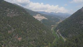 Πανοραμική άποψη της πράσινης σκηνής κορυφογραμμών βουνών απόθεμα βίντεο