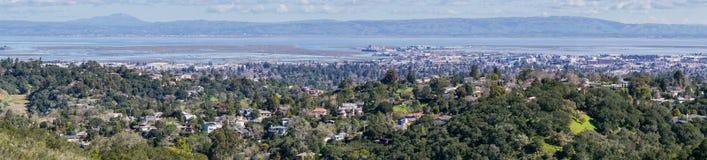 Πανοραμική άποψη της πόλης και του SAN Carlos, Σίλικον Βάλεϊ, κόλπος του Σαν Φρανσίσκο, Καλιφόρνια Redwood στοκ εικόνα με δικαίωμα ελεύθερης χρήσης