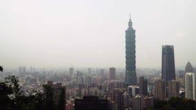 Πανοραμική άποψη της πόλης της Ταϊπέι στην Ταϊβάν Αστική εικονική παράσταση πόλης στη θλιβερή νεφελώδη συννεφιάζω ημέρα φιλμ μικρού μήκους