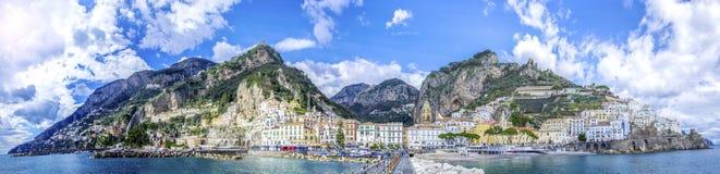 Πανοραμική άποψη της πόλης της Αμάλφης στην ακτή στην Ιταλία στοκ εικόνες