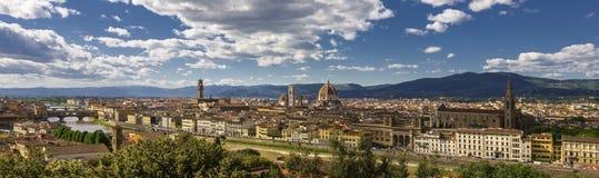 Πανοραμική άποψη της πόλης της Φλωρεντίας με τον πύργο κουδουνιών ποταμών, Palazzo Vecchio, Ponte Vecchio, Duomo και Giotto Arno στοκ φωτογραφίες
