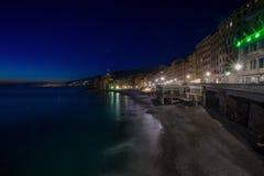 Πανοραμική άποψη της πόλης Camogli τή νύχτα, επαρχία της Γένοβας Γένοβα, Λιγυρία, μεσογειακή ακτή, Ιταλία στοκ εικόνα με δικαίωμα ελεύθερης χρήσης