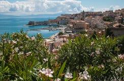 Πανοραμική άποψη της πόλης Gaeta στη tyrrhenian θάλασσα με τα λουλούδια Στοκ φωτογραφία με δικαίωμα ελεύθερης χρήσης