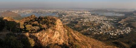 Πανοραμική άποψη της πόλης Udaipur, των λιμνών, των παλατιών και της περιβάλλουσας επαρχίας από το παλάτι μουσώνα, Udaipur, Rajas στοκ εικόνα