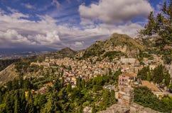 Πανοραμική άποψη της πόλης Taormina από το θόριο αρχαίου Έλληνα του στοκ φωτογραφία με δικαίωμα ελεύθερης χρήσης