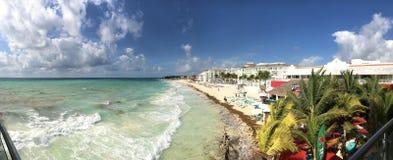 Πανοραμική άποψη της τυρκουάζ παραλίας, των ξενοδοχείων και του φραγμού στοκ φωτογραφία με δικαίωμα ελεύθερης χρήσης