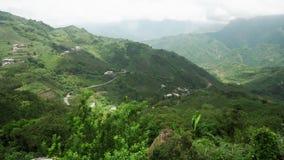 Πανοραμική άποψη της όμορφης φυσικής πράσινης περιοχής βουνών κοντά στο εθνικό πάρκο Alishan στην Ταϊβάν απόθεμα βίντεο