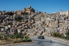 Πανοραμική άποψη της smal πόλης πλατείας Armerina στη Σικελία Στοκ Φωτογραφία