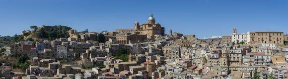 Πανοραμική άποψη της smal πόλης πλατείας Armerina στη Σικελία Στοκ φωτογραφία με δικαίωμα ελεύθερης χρήσης
