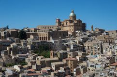 Πανοραμική άποψη της smal πόλης πλατείας Armerina στη Σικελία Στοκ εικόνες με δικαίωμα ελεύθερης χρήσης