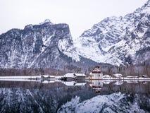 Πανοραμική άποψη τοπίων του φυσικού τοπίου βουνών με την εποχή χειμερινού χιονιού Αγίου Bartholomew εκκλησιών Στοκ εικόνα με δικαίωμα ελεύθερης χρήσης