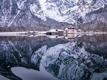 Πανοραμική άποψη τοπίων του φυσικού τοπίου βουνών με την εποχή χειμερινού χιονιού Αγίου Bartholomew εκκλησιών Στοκ Φωτογραφίες