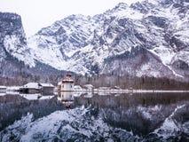 Πανοραμική άποψη τοπίων του φυσικού τοπίου βουνών με την εποχή χειμερινού χιονιού Αγίου Bartholomew εκκλησιών Στοκ φωτογραφίες με δικαίωμα ελεύθερης χρήσης