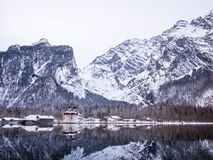 Πανοραμική άποψη τοπίων του φυσικού τοπίου βουνών με την εποχή χειμερινού χιονιού Αγίου Bartholomew εκκλησιών Στοκ φωτογραφία με δικαίωμα ελεύθερης χρήσης