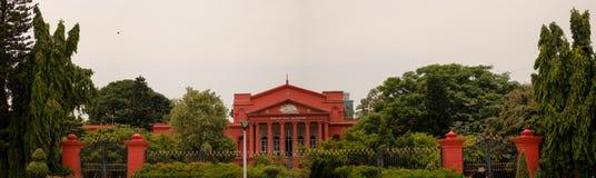 Πανοραμική άποψη του ανώτατου δικαστηρίου Karnataka που καλύπτεται με τα πράσινα δέντρα στοκ εικόνες