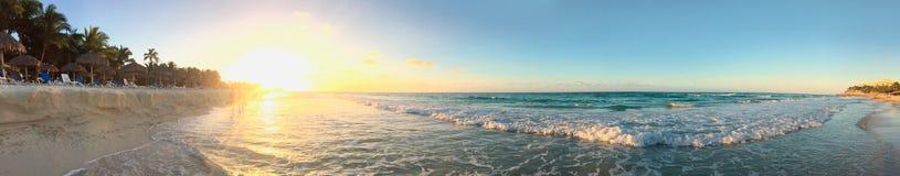 Πανοραμική άποψη του Ατλαντικού Ωκεανού κατά τη διάρκεια του ηλιοβασιλέματος Ατλαντική ακτή της Κούβας Varadero Στοκ εικόνα με δικαίωμα ελεύθερης χρήσης
