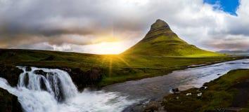 Πανοραμική άποψη του βουνού και του καταρράκτη kirkjufell στοκ φωτογραφία