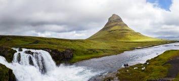 Πανοραμική άποψη του βουνού kirkjufell και του καταρράκτη στοκ φωτογραφίες με δικαίωμα ελεύθερης χρήσης