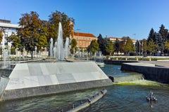 Πανοραμική άποψη του Δημαρχείου και της πηγής στο κέντρο της πόλης Pleven Στοκ εικόνες με δικαίωμα ελεύθερης χρήσης