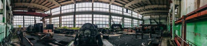 Πανοραμική άποψη του εγκαταλειμμένου βιομηχανικού εσωτερικού, μεγάλου εργαστηρίου εργοστασίων στοκ εικόνες
