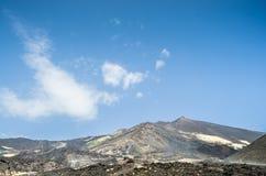 Πανοραμική άποψη του ηφαιστείου Etna ενάντια σε έναν έντονο μπλε ουρανό Οριζόντια άποψη του κεντρικού κρατήρα Μια σειρά των ανθρώ στοκ φωτογραφία