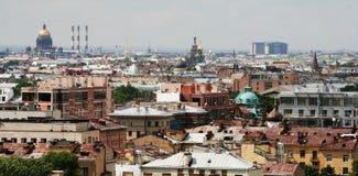 Πανοραμική άποψη του κέντρου πόλεων, από τη στέγη μιας πολυκατοικίας πόλεων, μια συννεφιάζω θερινή ημέρα Αγία Πετρούπολη, Ρωσία, στοκ εικόνα