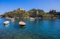 Πανοραμική άποψη του λιμανιού Portofino, ένα ιταλικό ψαροχώρι, επαρχία της Γένοβας, Ιταλία Μια θέση τουριστών με ένα γραφικό λιμά στοκ φωτογραφία με δικαίωμα ελεύθερης χρήσης