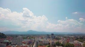 Πανοραμική άποψη του Λουμπλιάνα με το λόφο cloudscape και κάστρων στο υπόβαθρο φιλμ μικρού μήκους