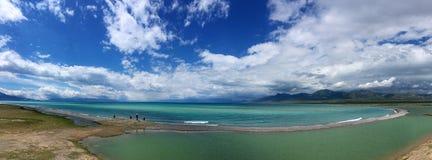 Πανοραμική άποψη του μπλε ουρανού λιμνών Sayram Sailimu Στοκ φωτογραφία με δικαίωμα ελεύθερης χρήσης
