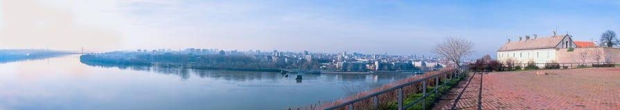 Πανοραμική άποψη του Νόβι Σαντ, εικονική παράσταση πόλης της Σερβίας με δύο γέφυρες, τον ποταμό Δούναβη και μέρος του φρουρίου Pe στοκ εικόνες