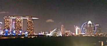 Πανοραμική άποψη του ορίζοντα της Σιγκαπούρης με τις άμμους κόλπων μαρινών και το ιπτάμενο της Σιγκαπούρης Στοκ εικόνα με δικαίωμα ελεύθερης χρήσης