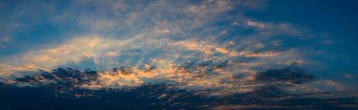 Πανοραμική άποψη του ουρανού ηλιοβασιλέματος με τα σύννεφα Στοκ Εικόνες