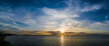 Πανοραμική άποψη του ουρανού και της θάλασσας με το υπόβαθρο νησιών Si Chang Στοκ Εικόνες
