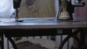 Πανοραμική άποψη του παλαιού τραγουδιστή ράβοντας μηχανών με τη μαλακή εστίαση απόθεμα βίντεο