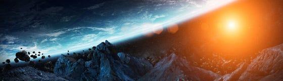 Πανοραμική άποψη του πλανήτη Γη με asteroids που πετούν στενό τρισδιάστατο σχετικά με απεικόνιση αποθεμάτων