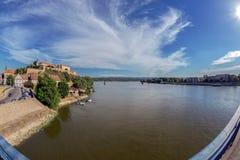 Πανοραμική άποψη του φρουρίου Petrovaradin και του ποταμού Δούναβη Στοκ Φωτογραφίες