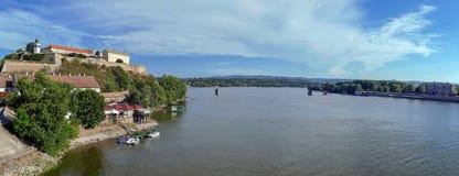 Πανοραμική άποψη του φρουρίου Petrovaradin και του ποταμού Δούναβη Στοκ φωτογραφία με δικαίωμα ελεύθερης χρήσης