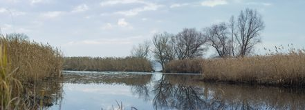 Πανοραμική άποψη του Dnieper και των υποτελών εθνών του μια νεφελώδη ημέρα φθινοπώρου, περιοχή Zaporizhia, της Ουκρανίας στοκ εικόνες