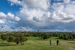 Πανοραμική άποψη του Primrose πάρκου Hill στο Λονδίνο κατά τη διάρκεια της αρχής του φθινοπώρου στοκ φωτογραφία