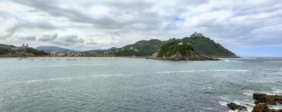 Πανοραμική άποψη του San Sebastian με τη Isla de Σάντα Κλάρα στοκ εικόνα